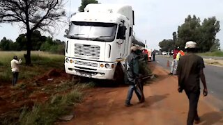 SOUTH AFRICA - Johannesburg - Tanker recovery on highway (Video) (EoS)