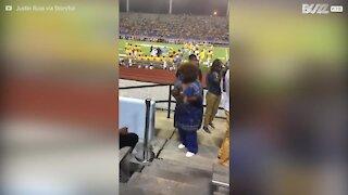 Denne kvinnen blir stjerneattraksjon på fotballkamp