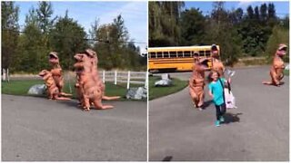 Bambina arriva a scuola e viene accolta dai 'T-Rex'