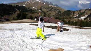 Snowboarder aproveita neve que resta nos Alpes italianos