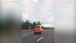 Carro de brincar passeia por autoestrada