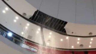 Chuvas fazem cair tecto de centro comercial
