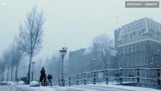 A mágica atmosfera da neve em Amesterdã