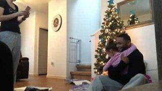 Hjemkommet soldat gjemmer seg i en kasse for å overraske datteren