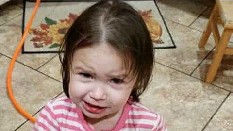 Liten jente prøvesmaker sterkt krydret ostepop