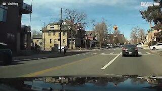 Homem hesitante é derrubado por ciclista