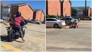 Kanskje ikke den beste måten å lære å kjøre motorsykkel på