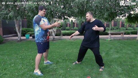 Homem quebra melancia com os dedos