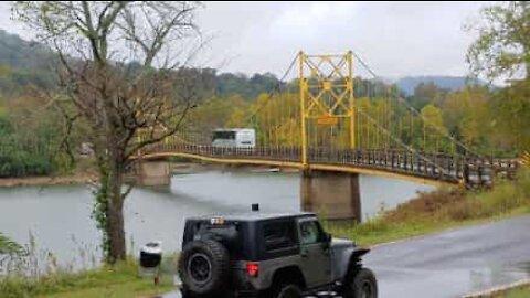Bussi viis veisaa painorajasta ja ylittää sillan jännittävällä videolla