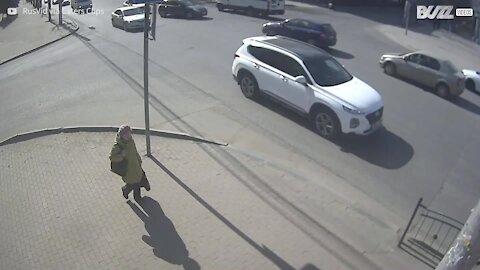 Mulher quase é atingida por carro após acidente