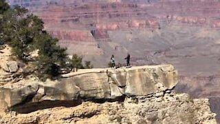 Assustador! Jovem quase cai no Grand Canyon