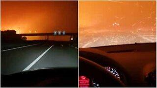 Sjåfør kjører gjennom enorm brann på veien