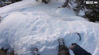 La descente terrifiante d'un snowboardeur