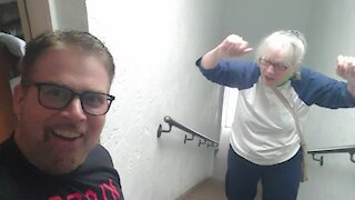 Man encourages elderly mother to climb the stairs in priceless fashion