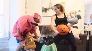 Gravid mor viser frem sine beste halloween-moves
