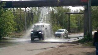 Des automobilistes profitent d'une fuite pour nettoyer leurs voitures
