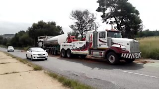 SOUTH AFRICA - Johannesburg - Tanker recovery on highway (Video) (2UT)