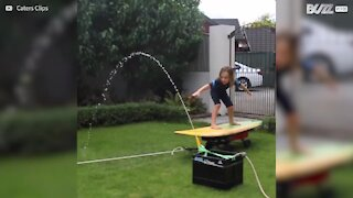 Rapaz faz surf em casa!