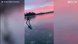 Un superbe coucher de soleil sur la glace