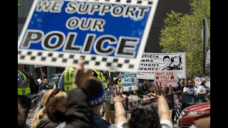 Pro police crowd clashes with Anti police protesters in Chicago