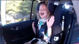 Datter blir sprø når pappa synger Kelly Clarkson