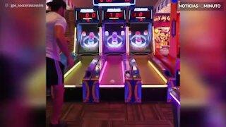 Impressionante! Jovem usa truques de futebol em jogos arcade