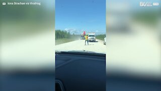 """Guy's hilarious """"Stop-Go"""" dance at traffic control delights motorists"""