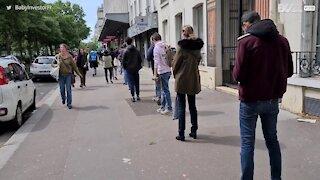 Lojas começam a reabrir em Paris