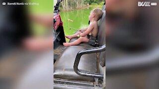 Menino adormece enquanto pesca