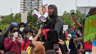 John Boyega filmado nos protestos em Londres