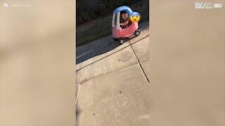 Bimba fa un incidente con la macchina giocattolo