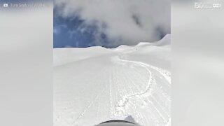 Ce skieur survit à une avalanche !