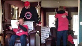 Faren klarer ikke å holde tårene tilbake når sønnen hans overrasker han med fotballbilletter
