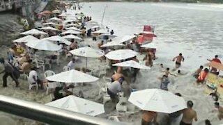 Gigantbølge velter overraskende inn over standgjestene og skaper kaos