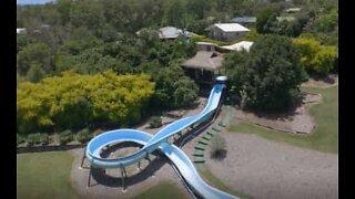 Sugen på ett hus med egen minigolfbana, vattenrutschkana på 150 meter och hemmabio? Detta är till salu!