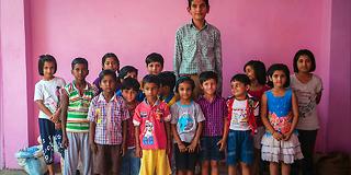 Karan (8) er dobbelt så høy som klassekameratene