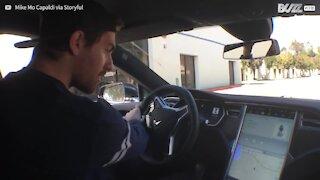 Ecco come una Tesla si parcheggia da sola