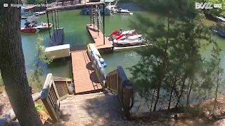 Barco bate contra plataforma de cais