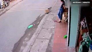 Jovem cai de bicicleta e é quase atropelado por caminhão