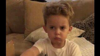 Un petit garçon très déçu de son cadeau
