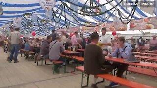 Alemão quebra recorde de transporte de canecas de cerveja