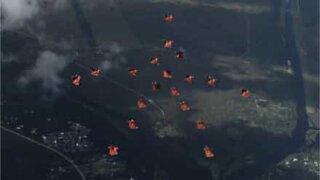 Skydivare utför koreografi i luften