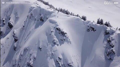 Avalanche quase enterra snowboarder