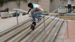 En skate, il gravit 6 marches d'un coup