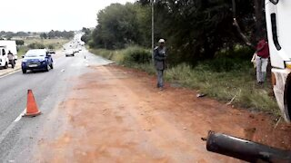 SOUTH AFRICA - Johannesburg - Tanker recovery on highway (Video) (SNZ)