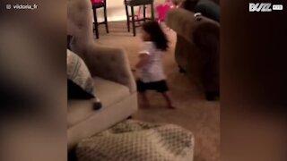 Cane travolge una bambina mentre gioca col padre