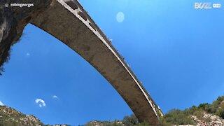 Jovem faz mergulho impressionante de uma ponte
