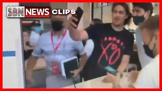 """A Man Does a Selfie With Justin Trudeau and Calls Him a """"Commie f*ck"""" - 3280"""