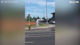 Uomo passeggia per strada con una 'armatura' di alluminio