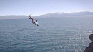 Utrolig dødstrossende hopp ut i Lake Tahoe